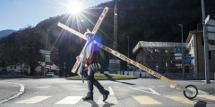 web3-olivier-taramarcaz-carries-his-cross-in-the-streets.jpg
